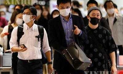 ဂျပန်နိုင်ငံ တိုကျိုမြို့တွင် မြေအောက်ရထားဘူတာမှ နှာခေါင်းစည်းတပ်ဆင်ထွက်လာကြသူများအား မေ ၂၇ ရက်က တွေ့ရစဉ်(ဆင်ဟွာ)