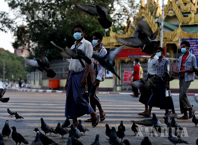 ရန်ကုန်မြို့တွင် နှာခေါင်းစည်း တပ်ဆင်သွားလာသူများအား တွေ့ရစဉ်(ဆင်ဟွာ)