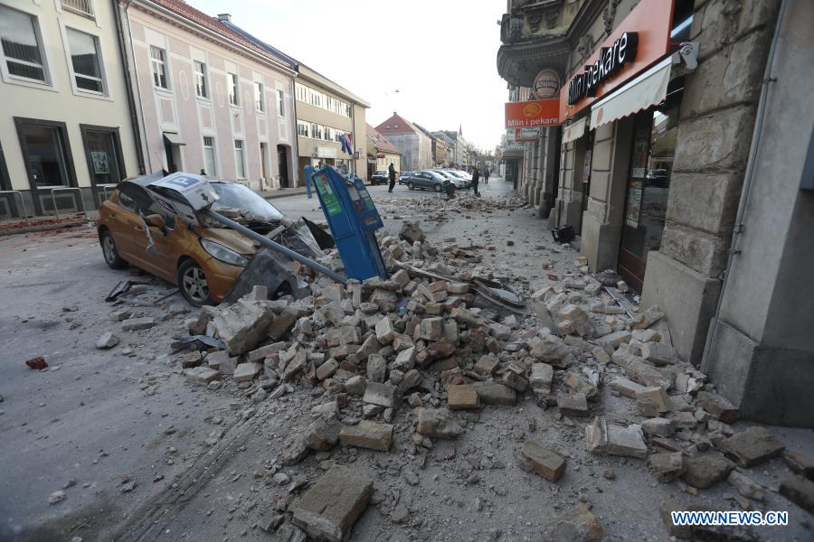 ခရိုအေးရှားနိုင်ငံ Sisak မြို့တွင် ငလျင်လှုပ်ခတ်ပြီးနောက် ပျက်စီးသွားသည့် မော်တော်ယာဉ်တစ်စင်းကို တွေ့ရစဉ် (ဓာတ်ပုံ-Marin Tironi/Pixsell via Xinhua)