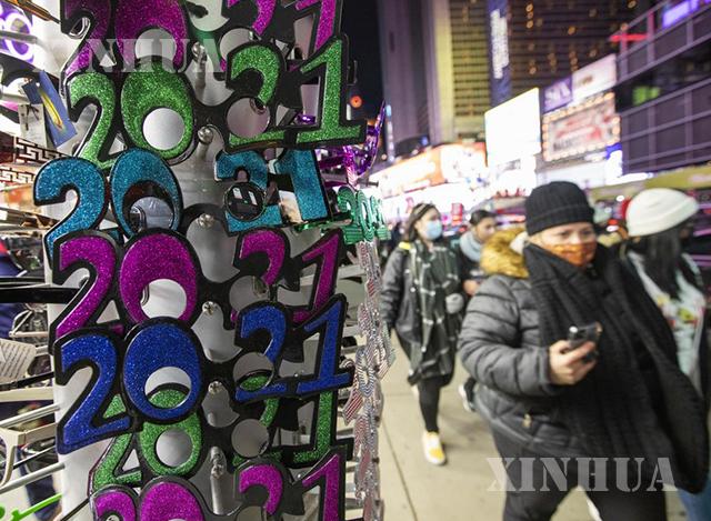 အမေရိကန်နိုင်ငံ နယူးယောက်မြို့တွင် ပွဲတော်အတွက် အလှဆင်ပစ္စည်းများ ရောင်းချသည့်နေရာအနီး လမ်းသွားလမ်းလာများကို တွေ့ရစဉ် (ဆင်ဟွာ)