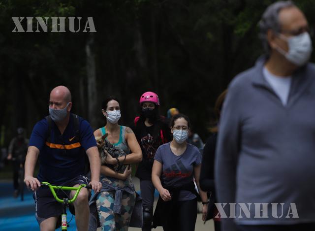 ဘရာဇီးနိုင်ငံ၌ ကပ်ရောဂါဖြစ်ပွားနေစဉ်အတွင်း ပြည်သူများ ဆော်ပေါ်လိုမြို့ရှိ ဥယာဉ် တစ်ခု၌ သွားလားလှုပ်ရှားနေသည်ကိုတွေ့ရစဉ်(ဆင်ဟွာ)