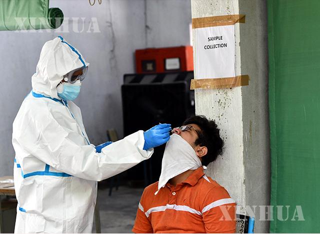 အိန္ဒိယနိုင်ငံ ဒေလီမြို့၊ Daryaganj ရပ်ကွက်အနီးရှိ စာသင်ကျောင်းတစ်ကျောင်းတွင် အမျိုးသားတစ်ဦးထံမှ COVID-19 စစ်ဆေးရန် နှာခေါင်းတို့ဖတ်နမူနာ ရယူနေစဉ် (ဆင်ဟွာ)