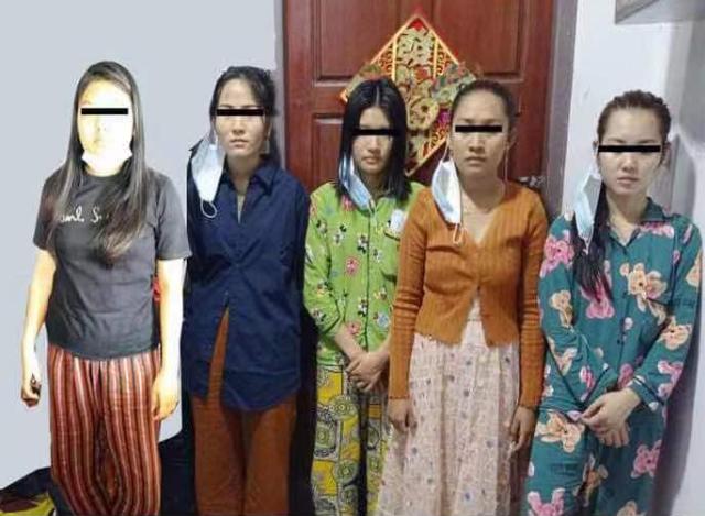 Online လိုင်းမှတစ်ဆင့် ငွေကြေးလိမ်လည်မှုနှင့် ဆက်စပ်သူများအား တွေ့ရစဉ်( ဓာတ်ပုံ- ရဲဇာနည်)