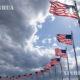 အမေရိကန်နိုင်ငံ ဝါရှင်တန်ဒီစီမြို့၌ အမေရိကန်အလံများလွှင့်ထူထားသည်ကို ၂၀၂၀ ပြည့်နှစ် ဧပြီ ၂၁ ရက်ကတွေ့ရစဉ်(ဆင်ဟွာ)