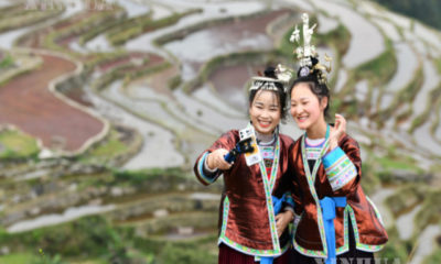 တရုတ်နိုင်ငံ ကွေ့ကျိုးပြည်နယ် ချုံကျန်းခရိုင် ကျားပန် ကျေးလက်ဒေသ ကျားချဲရွာ တွင် အင်တာနက်တိုက်ရိုက်ထုတ်လွှင့်မှုပြုလုပ်၍ ကျေးရွာအလှကို ပြသနေစဉ်(ဆင်ဟွာ)