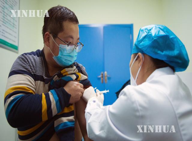 တရုတ်နိုင်ငံ အနောက်မြောက်ပိုင်း ဆန်ရှီးပြည်နယ် ရှီးရှန့်ရှိ တိကျန်း ကျန်းမာရေးစင်တာတွင် လေဆိပ်ဝန်ထမ်းတစ်ဦးအား COVID-19 ကာကွယ်ဆေး ထိုးပေးနေသည်ကို ဒီဇင်ဘာ ၂၅ ရက်က တွေ့ရစဉ်(ဆင်ဟွာ)