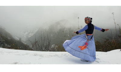အီမောဘွန်းရေခဲတောင်တွင် အမှတ်တရဓာတ်ပုံရိုက်ကူးနေသည့် မိန်းကလေးတစ်ဦးအားတွေ့ရစဉ် (ဓာတ်ပုံ-ကချင်ပြည်နယ်ခရီးသွားလုပ်ငန်းကော်မတီ)