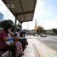 ဘတ်စ်ကားစာင့်ဆိုင်းနေသူများအားတွေ့ရစဉ် (ဆင်ဟွာ)