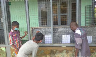 -- ရန်ကုန်တိုင်းဒေသကြီး ဒလမြို့နယ်၊ အမှတ် ၁၉ အခြေခံပညာမူလတန်းကျောင်း တွင် နှာခေါင်းစည်းဖြင့် အောင်စာရင်းကြည့်နေသူ ကလေးငယ်များအားတွေ့ရစဉ် (ဆင်ဟွာ)