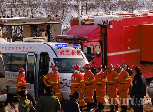တရုတ်နိုင်ငံ အရှေ့ပိုင်း ဆန်းတုန်းပြည်နယ် ချီရှားမြို့ရှိ ရွှေတွင်းတစ်ခု ပေါက်ကွဲမှုဖြစ်ပွားသောနေရာ၌ ကယ်ဆယ်ရေးသမားများကို ဇန်နဝါရီ ၁၂ ရက်က တွေ့ရစဉ် (ဆင်ဟွာ)