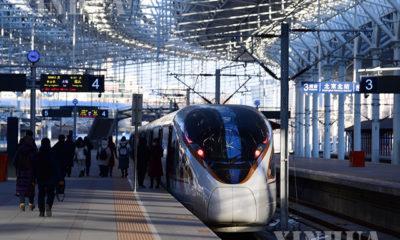 တရုတ်နိုင်ငံ ပေကျင်းမြို့ရှိ ပေကျင်းမြောက်ပိုင်း ရထားဘူတာရုံ၏ Beijing-Zhangjiakou ကျည်ဆံရထားလမ်းပိုင်းတွင် ခရီးသွားပြည်သူများနေရာယူနေသည်ကို ၂၀၂၀ ပြည့်နှစ် ဒီဇင်ဘာ ၃၀ ရက်က တွေ့ရစဉ်(ဆင်ဟွာ)