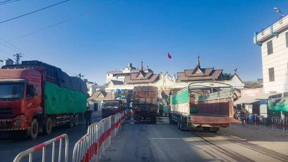 မြန်မာ-တရုတ် နှစ်နိုင်ငံ မူဆယ် နယ်စပ်ဂိတ်တွင် သွားလာနေသော ကုန်တင်ကားများကို တွေ့ရစဉ် (ဓာတ်ပုံ - IPRD)
