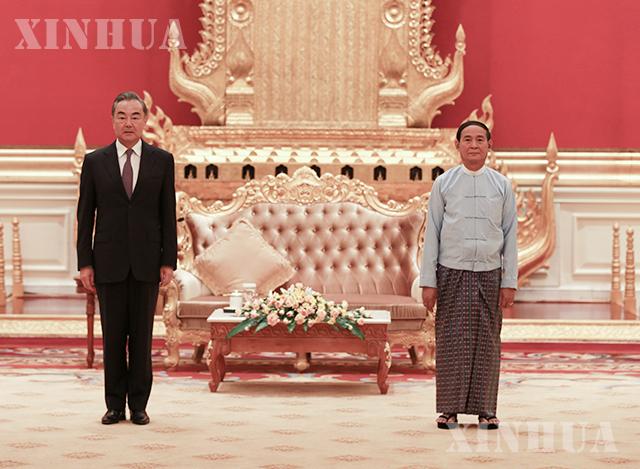ပြည်ထောင်စုသမ္မတ မြန်မာနိုင်ငံ နိုင်ငံတော်သမ္မတ ဦးဝင်းမြင့်နှင့် တရုတ်နိုင်ငံ နိုင်ငံတော်ကောင်စီဝင်၊နိုင်ငံခြားရေးဝန်ကြီး ဝမ်ရိတို့ ဇန်နဝါရီ ၁၁ ရက်က နေပြည်တော်၌ တွေ့ဆုံဆွေးနွေးစဉ် (ဆင်ဟွာ)