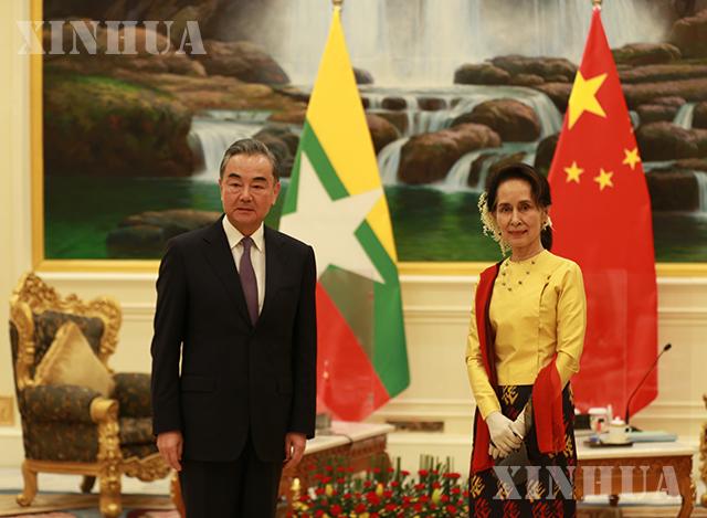 တရုတ်နိုင်ငံ နိုင်ငံတော်ကောင်စီဝင်၊နိုင်ငံခြားရေးဝန်ကြီး ဝမ်ရိနှင့် ပြည်ထောင်စုသမ္မတ မြန်မာနိုင်ငံ နိုင်ငံတော်၏အတိုင်ပင်ခံပုဂ္ဂိုလ်၊ နိုင်ငံခြားရေးဝန်ကြီး ဒေါ်အောင်ဆန်းစုကြည်တို့ ဇန်နဝါရီ ၁၁ ရက်က နေပြည်တော်၌ တွေ့ဆုံဆွေးနွေးစဉ် (ဆင်ဟွာ)