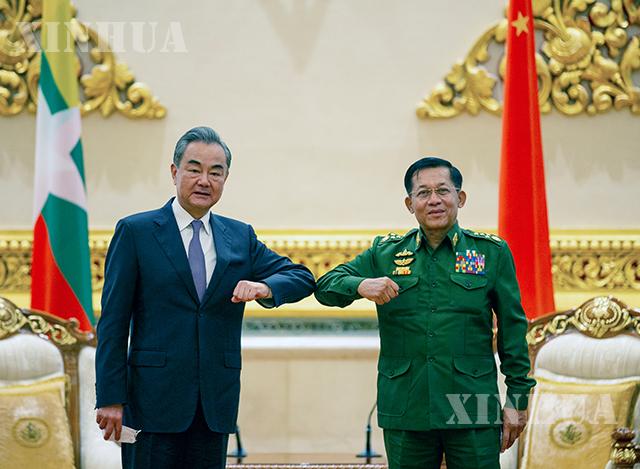 တရုတ်နိုင်ငံ နိုင်ငံတော်ကောင်စီဝင်၊ နိုင်ငံခြားရေးဝန်ကြီး ဝမ်ရိ နှင့် မြန်မာ့ တပ်မတော်ကာကွယ်ရေးဦးစီးချုပ် ဗိုလ်ချုပ်မှူးကြီး မင်းအောင်လှိုင်တို့ ဇန်နဝါရီ ၁၂ ရက်က နေပြည်တော်၌ တွေ့ဆုံဆွေးနွေးစဉ် (ဆင်ဟွာ)