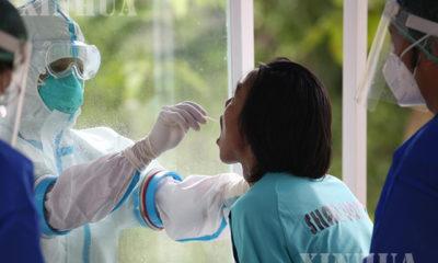 ကျန်းမာရေး ဝန်ထမ်းတစ်ဦးက COVID-19 ရောဂါပိုး ရှိ/မရှိ စစ်ဆေးရန် Swab ရယူနေမှုအား တွေ့ရစဉ်(ဆင်ဟွာ)