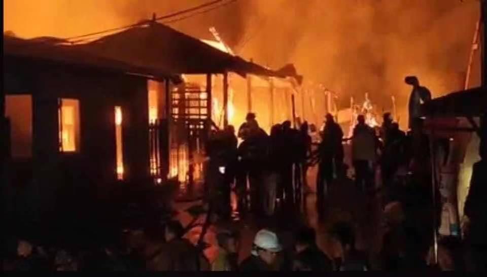 နေအိမ် မီးလောင်မှုအား မီးသတ်တပ်ဖွဲ့ဝင်များ ငြှိမ်းသတ်နေစဉ် (မြန်မာနိုင်ငံမီးသတ်ဦးစီးဌာန)