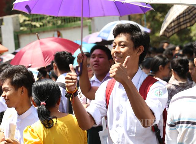 ၂၀၁၉-၂၀၂၀ ပညာသင်နှစ် တက္ကသိုလ်ဝင်စာမေးပွဲဖြေဆိုပြီး စာဖြေခန်းမှ ထွက်လာသည့် ကျောင်းသား၊ ကျောင်းသူများအားတွေ့ရစဉ် (ဆင်ဟွာ)
