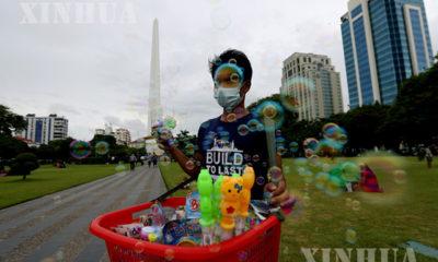 ရန်ကုန်မြို့၌ နှာခေါင်းစည်း တပ်ဆင်၍ ဈေးရောင်းချနေသူတစ်ဦးအား တွေ့ရစဉ်(ဆင်ဟွာ)