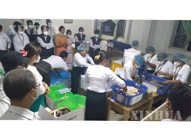 ၂၀၂၀ ရွေးကောက်ပွဲ၌ နေပြည်တော်ရှိ မဲရုံတစ်ရုံတွင် တာဝန်ထမ်းဆောင်နေသော ဆရာ ဆရာမများကို တွေ့ရစဉ်။ (ဆင်ဟွာ)