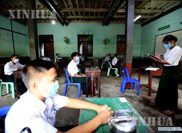 အခြေခံပညာကျောင်းတွင် ပညာသင်ကြားလျက်ရှိသော ကျောင်းသား၊ ကျောင်းသူများအားတွေ့ရစဉ် (ဆင်ဟွာ)