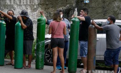 ဘရာဇီးနိုင်ငံ အမေဇုံနက်စ်ပြည်နယ် မနက်စ်မြို့ရှိ အောက်ဆီဂျင်စက်ရုံတစ်ရုံတွင် အောက်ဆီဂျင်ဝယ်ယူရန် တန်းစီစောင့်ဆိုင်းနေသူများကို တွေ့ရစဉ် (ဆင်ဟွာ)