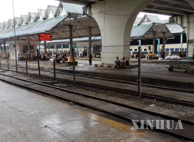 ရထားဘူတာတစ်ခုတွင် ခရီးသည်များစောင့်ဆိုင်းနေစဉ် (ဆင်ဟွာ)
