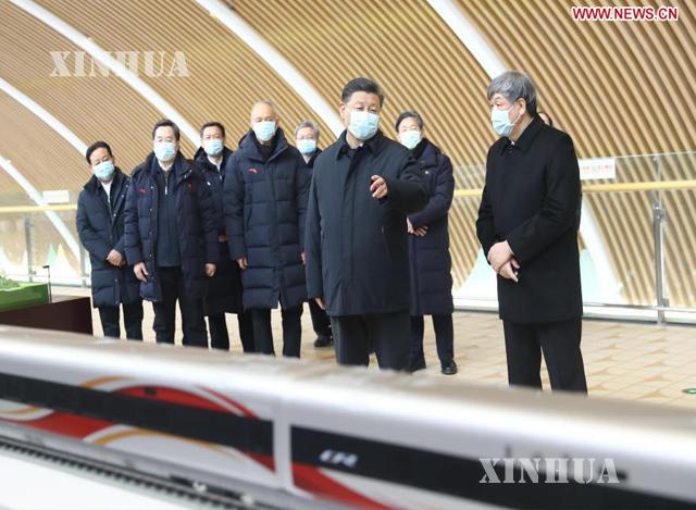 တရုတ်နိုင်ငံ သမ္မတ၊ တရုတ်ကွန်မြူနစ်ပါတီ ဗဟိုကော်မတီ အထွေထွေအတွင်းရေးမှူးချုပ်နှင့် ဗဟိုစစ်ကော်မရှင် ဥက္ကဋ္ဌ ရှီကျင့်ဖိန်က ထိုက်ကျီချိန် ရထားဘူတာရုံကို ဇန်နဝါရီ ၁၉ ရက်က ကြည့်ရှုစစ်ဆေးနေစဉ် (ဆင်ဟွာ)