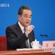 တရုတ်နိုင်ငံနိုင်ငံတော်ကောင်စီဝင် ၊ နိုင်ငံခြားရေးဝန်ကြီး ဝမ်ရိ အား သတင်းစာရှင်းလင်းပွဲ တစ်ခုတွင် မြင်တွေ့ရစဉ်(ဆင်ဟွာ)