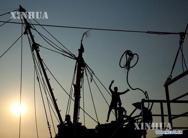ရန်ကုန်မြစ်အတွင်းရှိ ငါးဖမ်းလှေတစ်စီးအားတွေ့ရစဉ် (ဆင်ဟွာ)