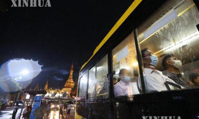 ရန်ကုန်မြို့တွင် နှာခေါင်းစည်းတပ်ဆင်သွားလာသူများအား တွေ့ရစဉ်(ဆင်ဟွာ)