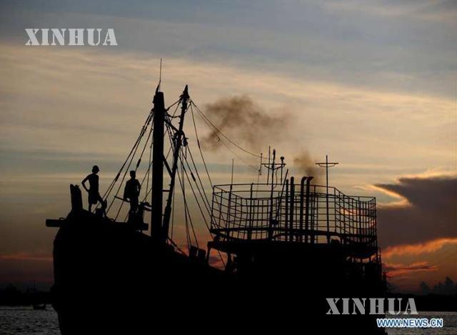 ရန်ကုန်မြစ်ထဲရှိ ငါးဖမ်းလှေတစ်စင်းအားတွေ့ရစဉ် (ဆင်ဟွာ)