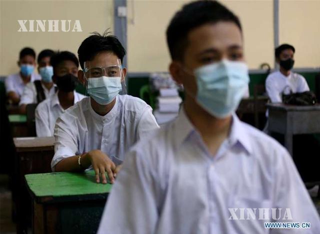 နှာခေါင်းစည်းဖြင့် စာသင်ကြားနေသော ကျောင်းသားများအားတွေ့ရစဉ် (ဆင်ဟွာ)