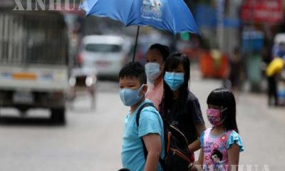 နှာခေါင်းစည်းဖြင့် သွားလာနေသူများအားတွေ့ရစဉ် (ဆင်ဟွာ)