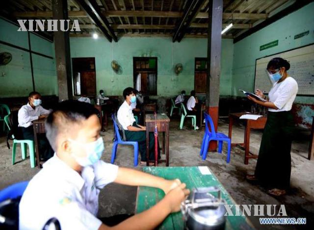 နှာခေါင်းစည်းဖြင့် ပညာသင်ကြားနေသည့် ကျောင်းသား/ကျောင်းသူများအားတွေ့ရစဉ် (ဆင်ဟွာ)