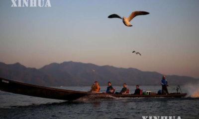 အင်းလေးကန်တွင် လည်ပတ်လျက်ရှိသည့် ခရီးသွားဧည့်သည်များအားတွေ့ရစဉ် (ဆင်ဟွာ)