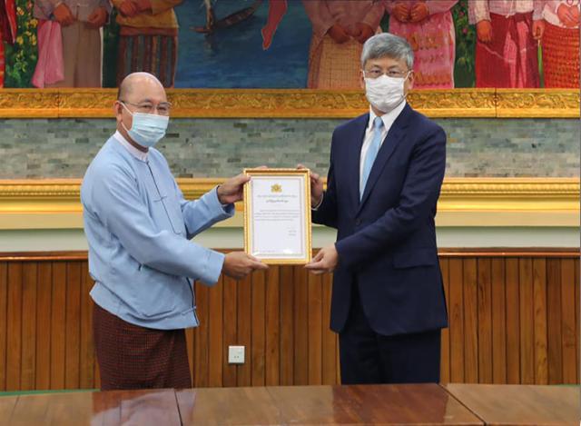 တရုတ်သံအမတ်ကြီး Mr. Chen Hai က NRPC အတွင်းရေးမှူးထံသို့ ငြိမ်းချမ်းရေးလုပ်ငန်းစဉ်အတွက် အလှူငွေပေးအပ်စဉ်(ဓာတ်ပုံ - Chinese Embassy in Myanmar)