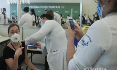 ဘရာဇီးနိုင်ငံ ဆောပိုလိုမြို့တွင် CoronaVac ကာကွယ်ဆေးထိုးနှံမှုခံယူနေသည့် ကျန်းမာရေးဝန်ထမ်းတစ်ဦးကို တွေ့ရစဉ် (ဆင်ဟွာ)