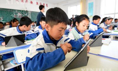 တရုတ်နိုင်ငံ အနောက်မြောက်ပိုင်း Ningxia Hui ကိုယ်ပိုင်အုပ်ချုပ်ခွင့်ရဒေသ Zhongwei မြို့ရှိ မူလတန်းကျောင်းတစ်ခုတွင် ကလေးငယ်များ အွန်လိုင်းမှ သင်ကြားမှုပြုလုပ်နေစဉ်(ဆင်ဟွာ)