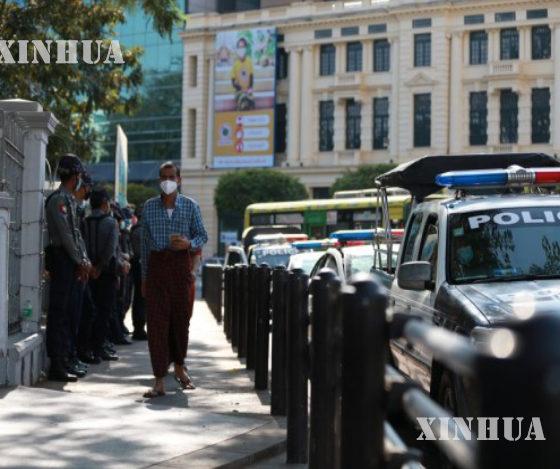 မြန်မာနိုင်ငံ ရန်ကုန်မြို့ မြို့တော်ခန်းမအနီးတွင် ဖေဖော်ဝါရီ ၄ ရက်က လမ်းလျှောက်နေသူအားတွေ့ရစဉ်(ဆင်ဟွာ)