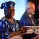 ဆွစ်ဇာလန်နိုင်ငံ ဂျီနီဗာမြို့ရှိ သတင်းစာရှင်းလင်းပွဲ တက်ရောက်နေသော Ngozi Okonjo-Iweala အား တွေ့ရစဉ် (ဓာတ်ပုံ- WTO/Handout via Xinhua)