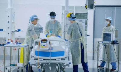 နယူးဇီလန်နိုင်ငံ အက်ခ်လန်မြို့ရှိ ဘက်စုံဆေးရုံတစ်ရုံတွင် COVID-19 လူနာများ ကုသရေးအတွက် လေ့ကျင့်မှု၌ ကျန်းမာရေးဝန်ထမ်းများ ပါဝင်နေစဉ် (ဓာတ်ပုံ- New Zealand Ministry of Health/Handout via Xinhua)