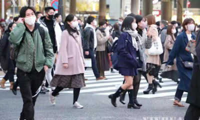 ဂျပန်နိုင်ငံ တိုကျိုမြို့ရှိ လမ်းမတစ်နေရာတွင် နှာခေါင်းစည်းတပ်ဆင်ထားသူများ သွားလာနေသည်ကို တွေ့ရစဉ် (ဆင်ဟွာ)