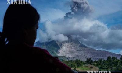 အင်ဒိုနီးရှားနိုင်ငံတွင် ဆီနာဘန်းမီးတောင်ပေါက်ကွဲမှုကြောင့် မီးခိုးများပန်းထွက်နေသည်ကို ဖေဖော်ဝါရီ ၂၅ ရက်တွင် တွေ့ရစဉ် (ဆင်ဟွာ)