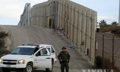 အမေရိကန်-မက္ကဆီကို နှစ်နိုင်ငံ နယ်စပ် အမေရိကန်ဘက်အခြမ်း ကယ်လီဖိုးနီးယားပြည်နယ် ဆန်ဒီယေဂိုတွင် ၂၀၁၈ ခုနှစ် နိုဝင်ဘာ ၁၇ ရက်က အမေရိကန် နယ်စပ်လုံခြုံရေးတပ်ဖွဲ့ဝင်တစ်ဦး စစ်ဆေးနေသည်ကိုတွေ့ရစဉ်(ဆင်ဟွာ)
