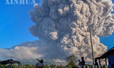 အင်ဒိုနီးရှားနိုင်ငံ မြောက်ဆူမားတြားပြည်နယ် ဆီနာဘန်းမီးတောင်ပေါက်ကွဲမှုတွင် မှုတ်ထုတ်လိုက်သည့် မီးခိုးလိပ်များအား မတ်၂ ရက်က တွေ့ရစဉ်(ဆင်ဟွာ)
