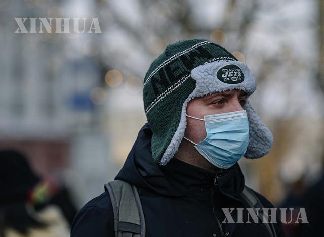 ရုရှားနိုင်ငံ မော်စကိုမြို့တွင် နှာခေါင်းစည်းတပ်ဆင်ထားသောအမျိုးသားတစ်ဦးအားတွေ့ရစဉ်(ဆင်ဟွာ)