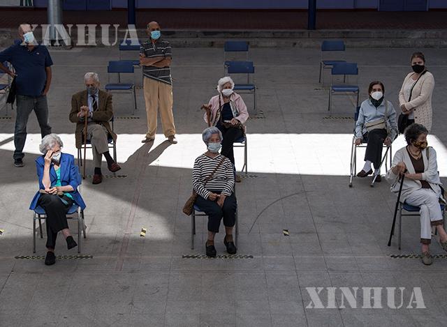 ချီလီနိုင်ငံ ဆန်ဒီယေဂိုမြို့ရှိ ကာကွယ်ဆေးထိုးနှံပေးသည့် စင်တာတစ်ခုတွင် သက်ကြီးရွယ်အိုများ ကာကွယ်ဆေးထိုးနှံမှုခံယူရန်စောင့်ဆိုင်းနေကြစဉ်(ဆင်ဟွာ)