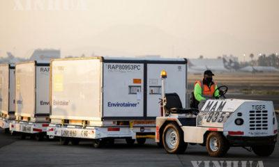 မက္ကစီကိုစီးတီးရှိ အပြည်ပြည်ဆိုင်ရာလေဆိပ်၌ အလုပ်သမားတစ်ဦးက တရုတ်နိုင်ငံမှ တတိယအသုတ် တင်ပို့ခဲ့သည့် ကာကွယ်ဆေးများအား သယ်ဆောင်နေသည်ကို တွေ့ရစဉ်(ဆင်ဟွာ)