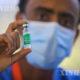 အီသီယိုးပီးယားနိုင်ငံ မြို့တော် အာဒစ် အာဘာဘာတွင် ဆေးဝန်ထမ်းတစ်ဦးက ကိုဗစ်ကာကွယ်ဆေးအား ပြသနေသည်ကို မတ် ၁၃ ရက်က တွေ့ရစဉ်(ဆင်ဟွာ)